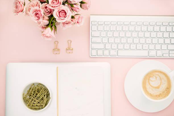 Wohnung lag mit Kaffee Latte und Tastatur auf Rosa – Foto