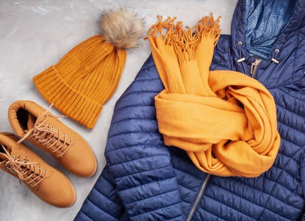 płaski leżał z komfortowym ciepłym strojem na chłodne dni. wygodna jesień, zimowe zakupy ubrań, wyprzedaż, styl w modnych kolorach pomysł - akcesorium osobiste zdjęcia i obrazy z banku zdjęć