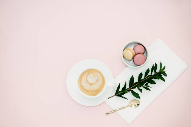 Wohnung lag mit grünen Tee Latte und Makronen – Foto