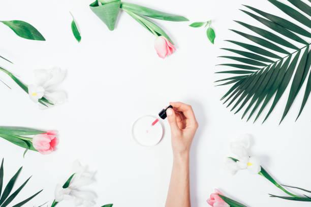 flat lay woman's hand dripping cosmetic fluid - oleo palma imagens e fotografias de stock