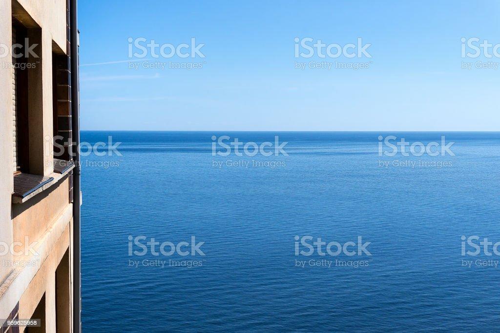 Piso cerca del mar con el cielo azul - Foto de stock de Agua libre de derechos