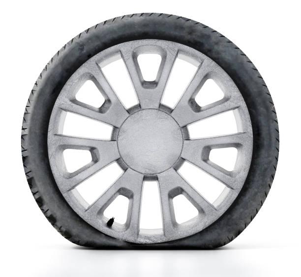 Flache, alte Reifen und Rad isoliert auf weiss zerkratzt – Foto