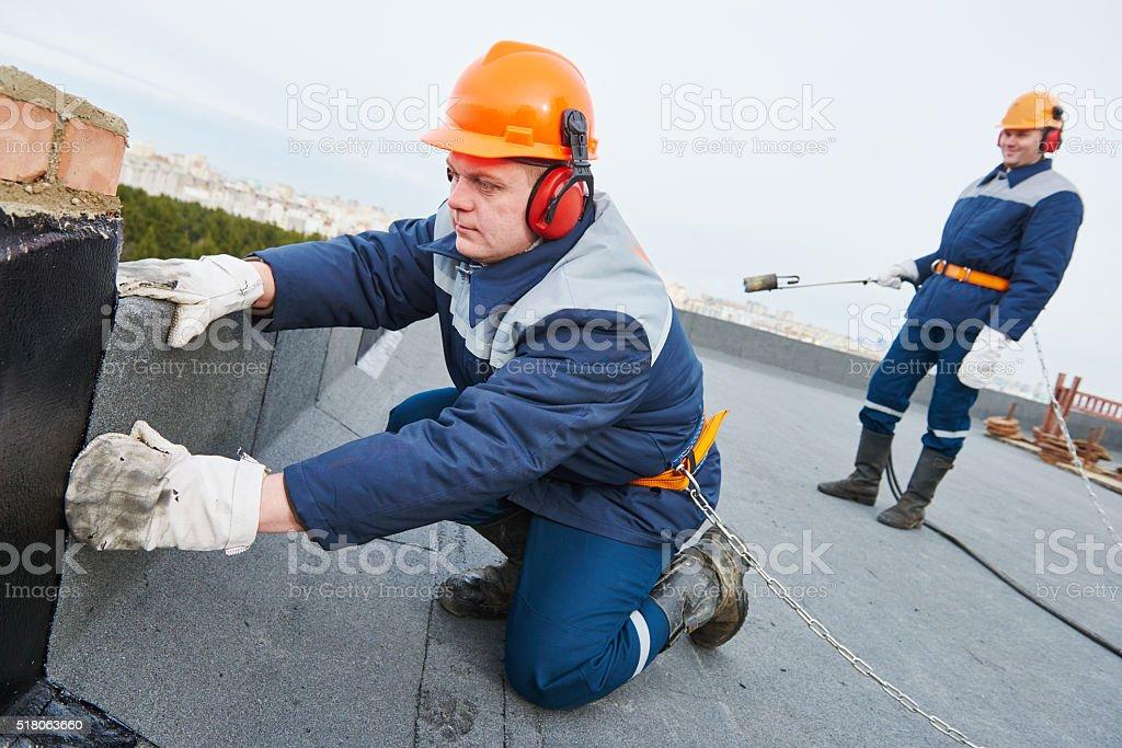 Flache Dach erneuert. Heizung und schmelzen Dachmaterialien Überdachung Filz – Foto