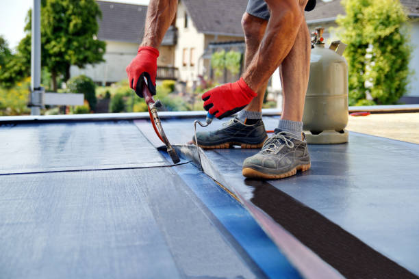 platte dak installatie met propaan blaas vlam tijdens de bouw werkt met dakbedekking vilt. verwarming en smelten bitumen dakbedekking vilt. - dak stockfoto's en -beelden