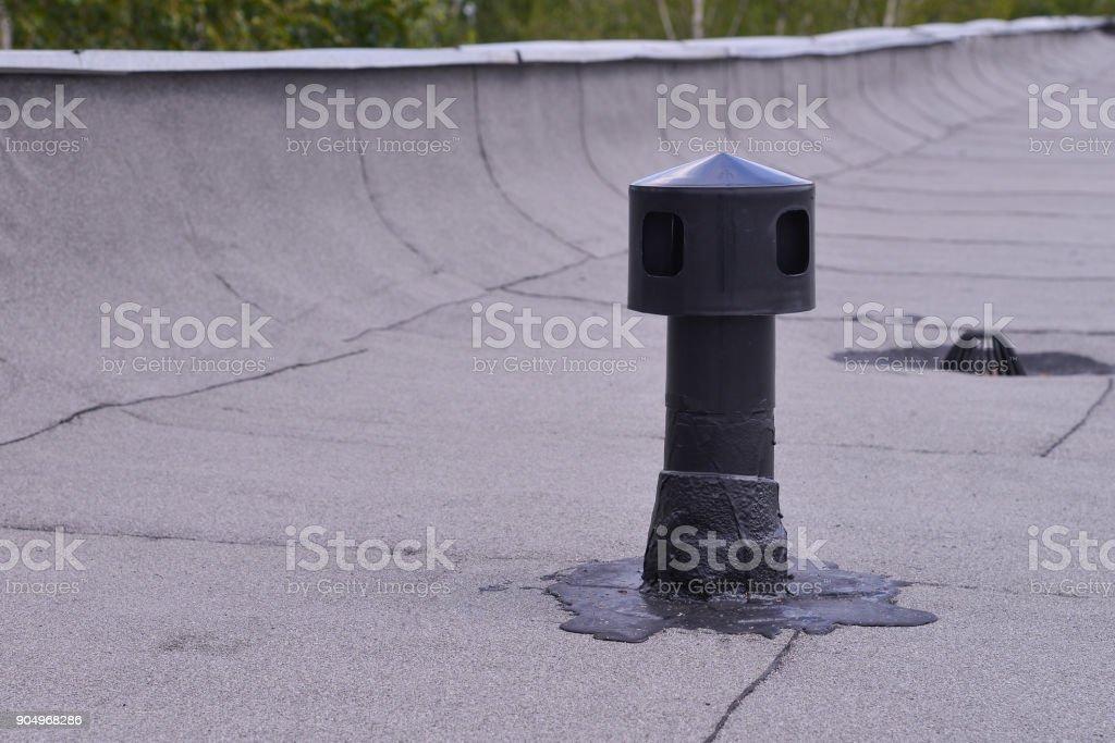 Ventilación de techo plano, impermeabilización protección ant. Aireador en asfaltado. Reportaje de primer plano detalle. - foto de stock
