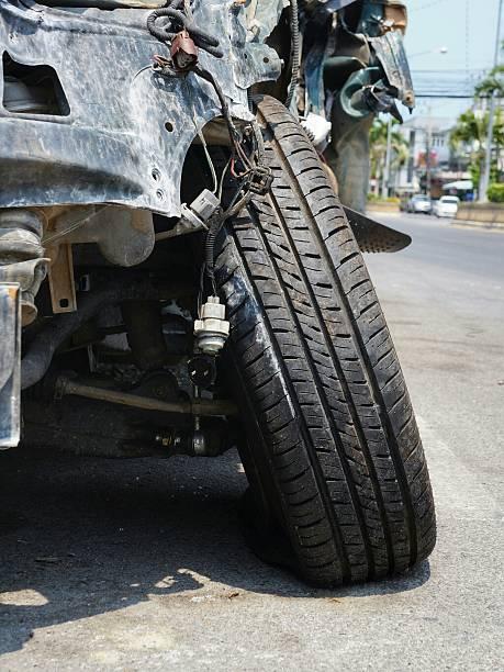 flat tire broken axis wrecked car - krockad bil bildbanksfoton och bilder