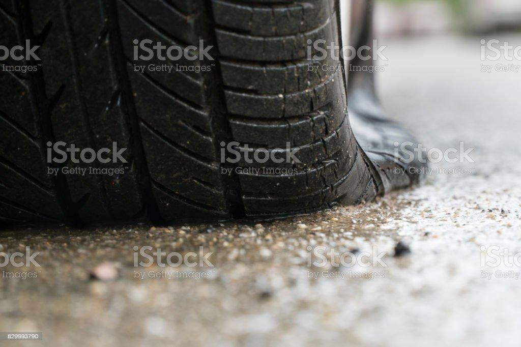 Reifenpanne in regnerischen Tag auf Stret Auto. – Foto