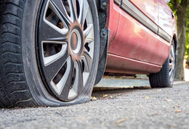 lekke band op de weg - tyre stockfoto's en -beelden