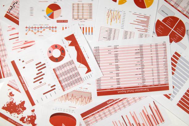 Vista superior plana del espacio de trabajo empresarial: informes con datos, tablas y gráfico analítico. Concepto de contabilidad financiera empresarial. - foto de stock