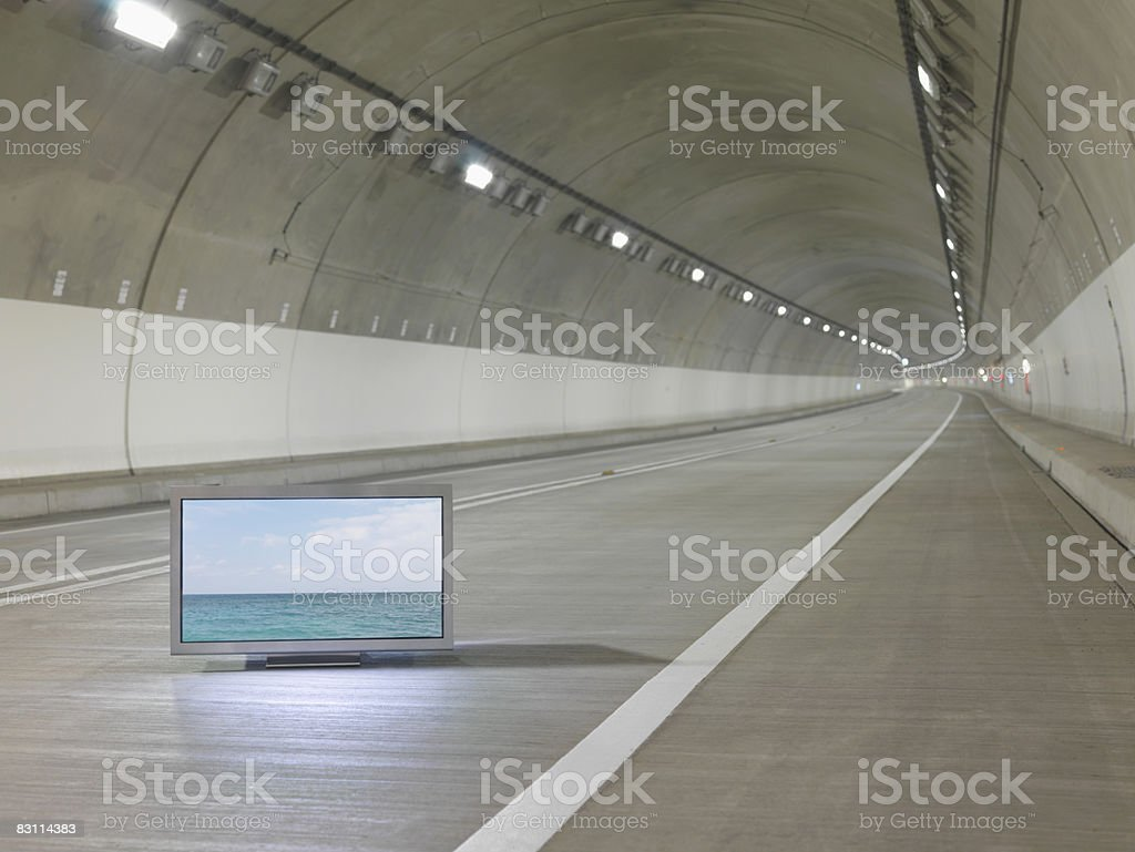 TV a schermo piatto inserita in tunnel foto stock royalty-free