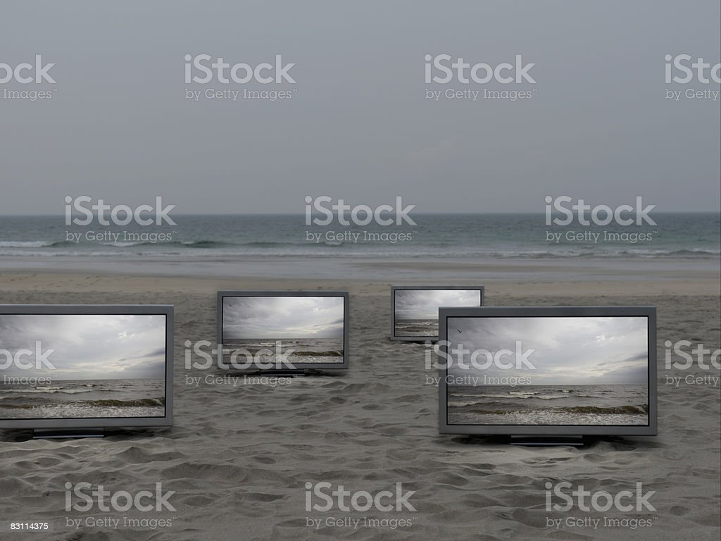 TV a schermo piatto inserita in beatch foto stock royalty-free