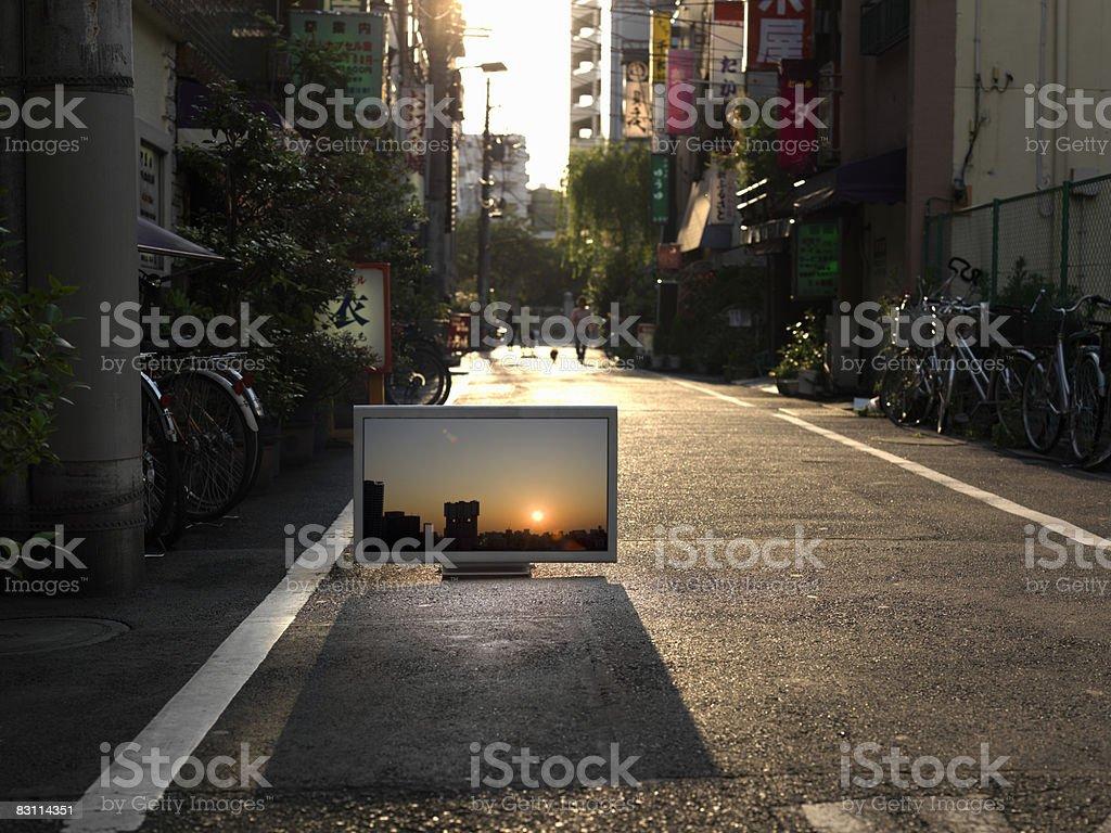Telewizor z płaskim ekranem i umieścić na miejski alley zbiór zdjęć royalty-free