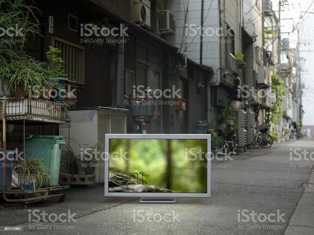 TV a schermo piatto inserita in pista urbano foto stock royalty-free
