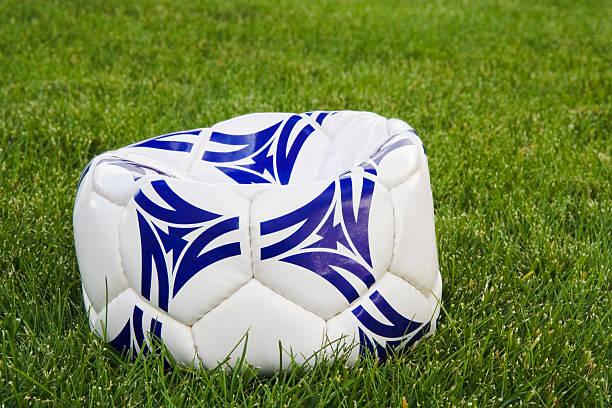 Flache Weiß und Blau Fußball Ball auf Gras – Foto