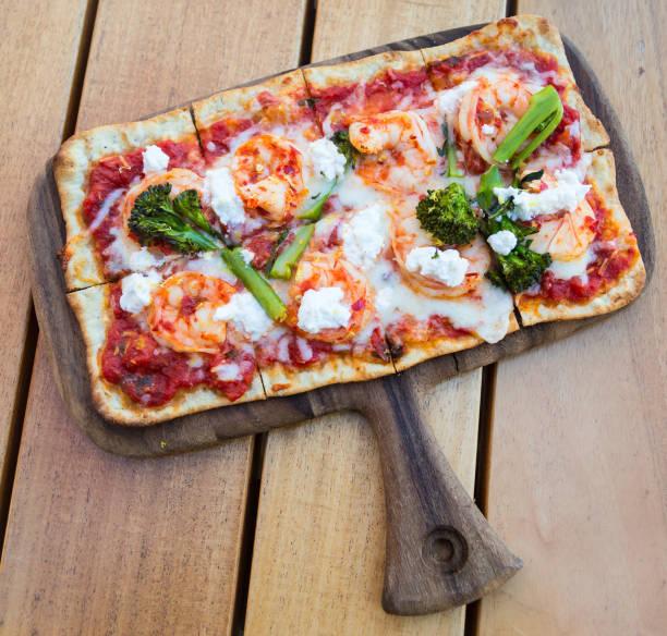 fladenbrot - fladenbrotpizza stock-fotos und bilder