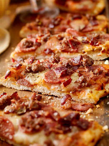 fladenbrot-pizza - fladenbrotpizza stock-fotos und bilder