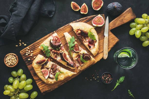 i̇ncir, prosciutto, üzüm, roka ile gözleme - parma jambonu stok fotoğraflar ve resimler