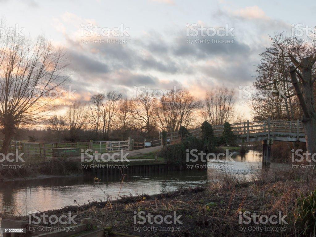 ponte de Rio moinho de flatford cruzando o céu de inverno outono do sol natureza - foto de acervo