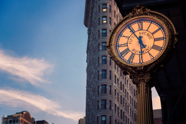 Flatiron Building e a Fifth Avenue relógio - foto de acervo