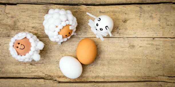 flatlay, ostern thema tierfiguren und eiern auf holztisch, exemplar - schafkopfkarten stock-fotos und bilder