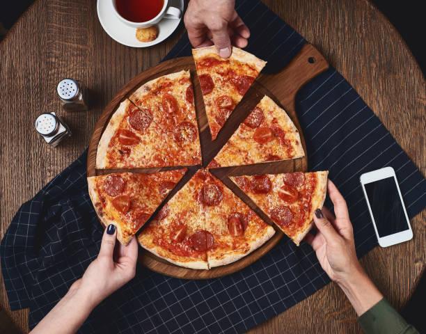 Flatlay. Amigos comem pizza - foto de acervo