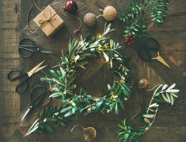 クリスマスの装飾のおもちゃとリースのフラット レイアウト - リース ストックフォトと画像