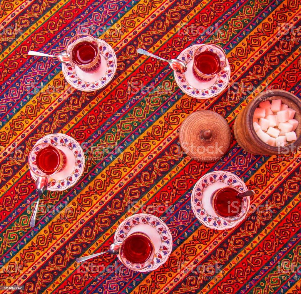 Flatlay vista do chá turco e tradicional tapete vista ar - Foto de stock de Bebida royalty-free