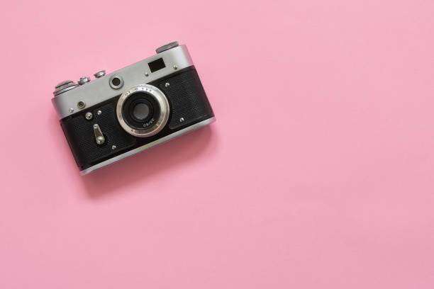 flatlay vintage retro camera on pink background. copy space, top view - camera photographic equipment stock pictures, royalty-free photos & images