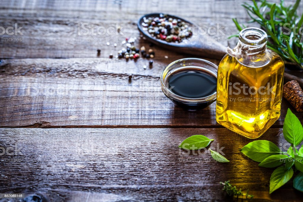 Flavoring: oil and vinegar on rustic wooden table - foto stock