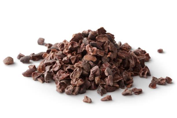 arom: cacao nibs isolerad på vit bakgrund - stålpenna bildbanksfoton och bilder