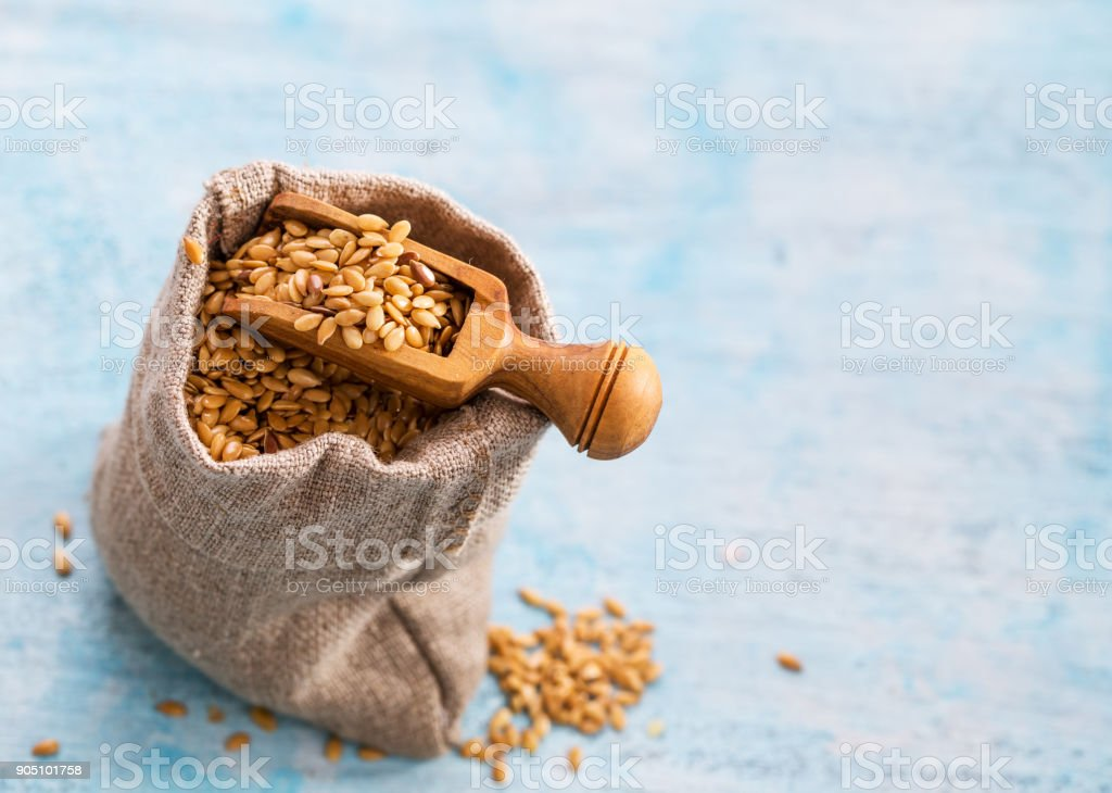 Flax seeds in bag and scoop стоковое фото