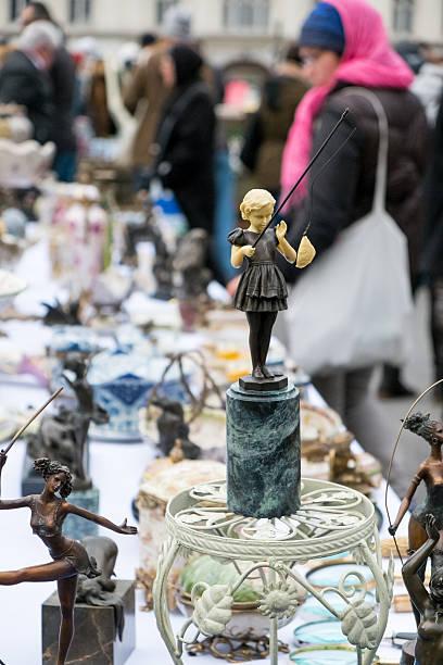 flohmarkt in naschmarkt, wien, österreich - naschmarkt stock-fotos und bilder