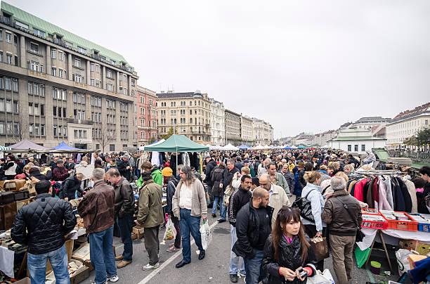 """flohmarkt in den naschmarkt in wien"""" - naschmarkt stock-fotos und bilder"""