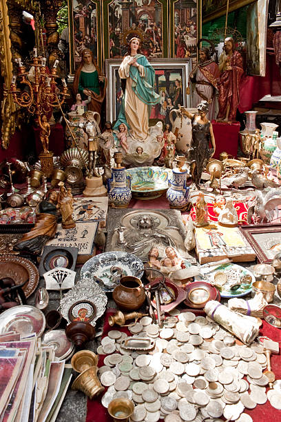 flohmarkt el rastro in madrid - engelsflügel kaufen stock-fotos und bilder