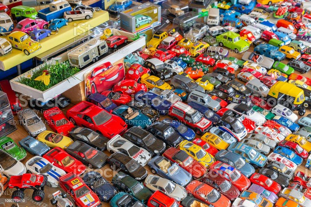 Rommelmarkt Met Standaard Verkoop Tweedehands Speelgoed Auto S Stockfoto En Meer Beelden Van Antiek Ouderwets Istock