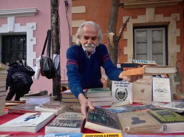 flohmarkt, cordoba - gebrauchte bücher verkaufen stock-fotos und bilder