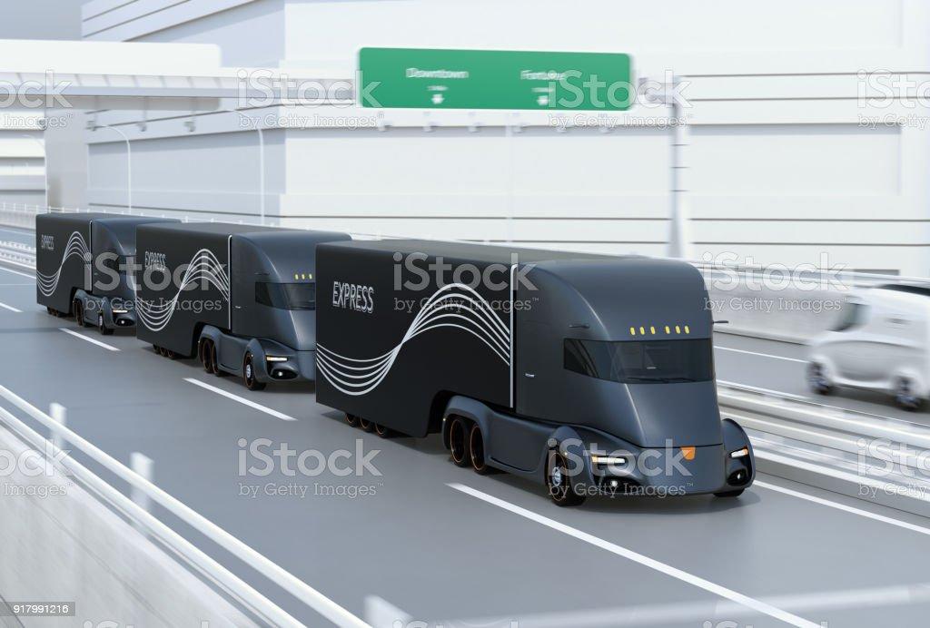 Eine Flotte von Schwarz selbst elektrische halb LKW fahren auf der Autobahn zu fahren - Lizenzfrei Allgemein Stock-Foto