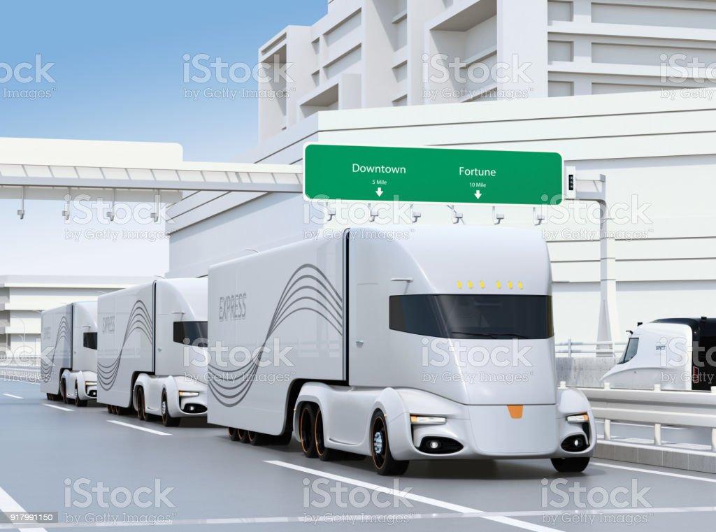 Una flota de camiones de semi eléctrica uno mismo-conducción en autopista - foto de stock