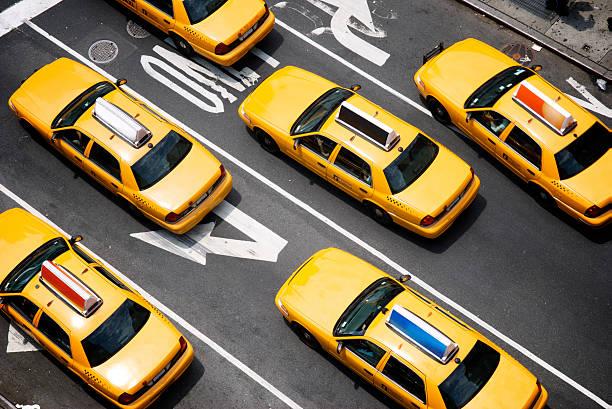 flotte de jaune de new york city taxi cabs du dessus - new york photos et images de collection