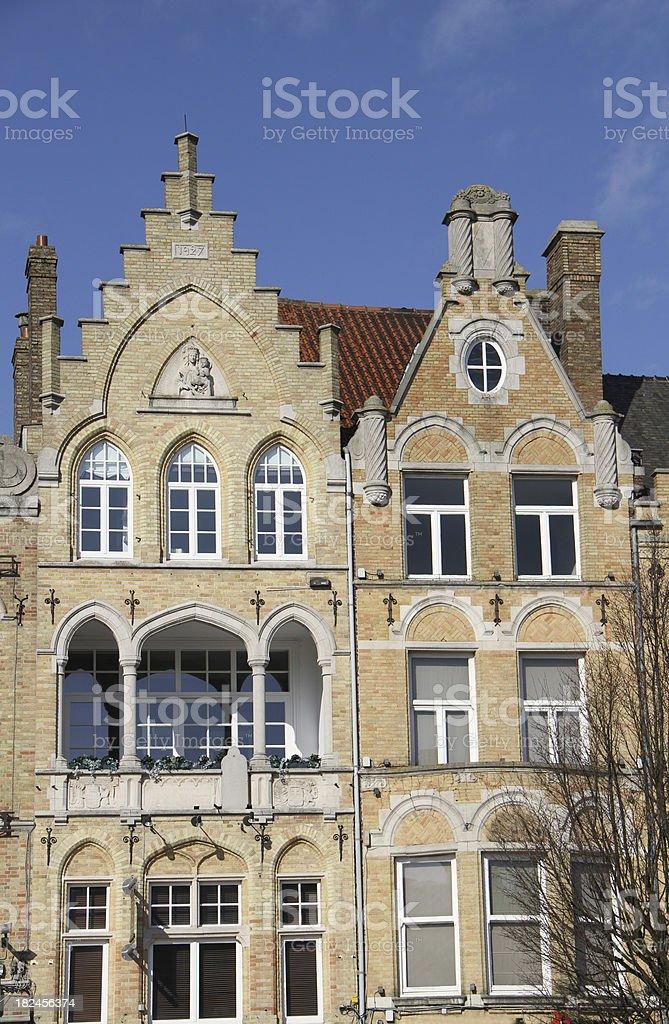 Flamenco edificios estilo con vista a la plaza del mercado de Ypres, foto de stock libre de derechos