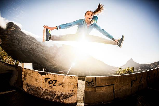 flexible akrobatische breakdancer springen und macht spagat machen - parkour stock-fotos und bilder