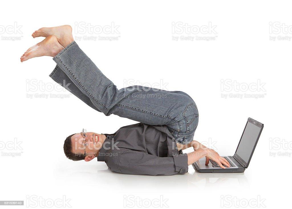 Flexível alegre cara com o computador portátil - foto de acervo
