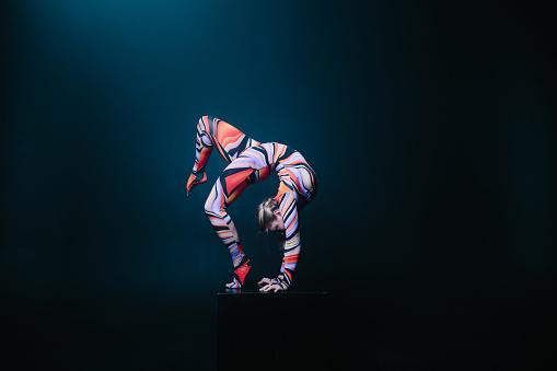 Flexible Circus Acrobat Doing Equilibre Balance Handstand On A Cube — стоковые фотографии и другие картинки Акробат