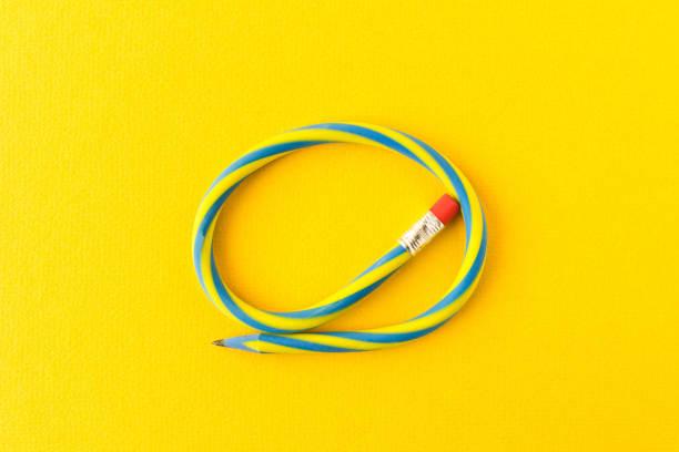 靈活的鉛筆。在黃色背景上隔離。彎曲的鉛筆。 - 彈性 個照片及圖片檔