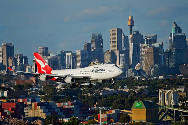qantas 747 vola nei pressi di grattacieli approccio a sydney - qantas foto e immagini stock
