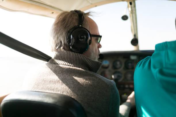 fluglehrer und schüler in kleinen flugzeugen - flugschule stock-fotos und bilder
