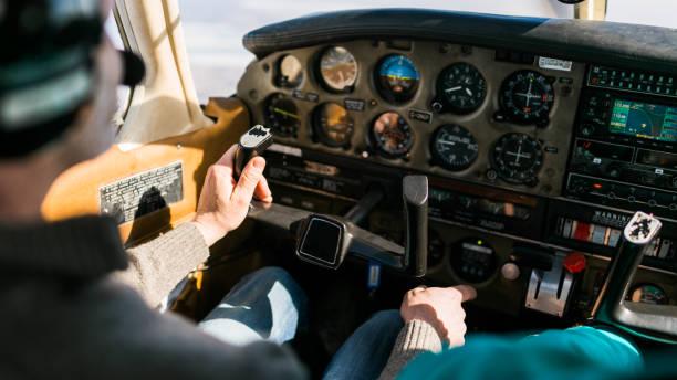 fluglehrer und schüler in kleinen piper aircraft corporation - flugschule stock-fotos und bilder