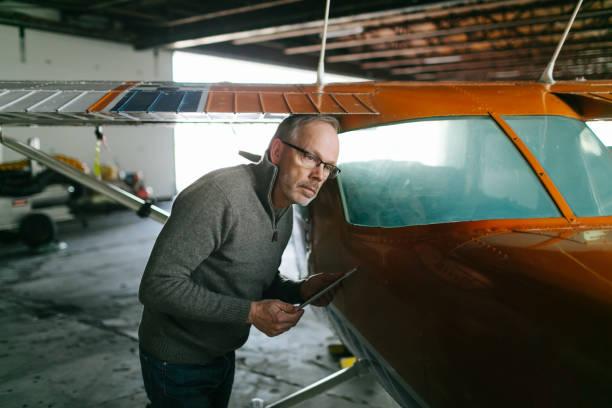 fluglehrer inspektion kleinflugzeuge - flugschule stock-fotos und bilder
