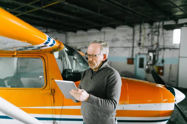fluglehrer inspektion kleine piper aircraft corporation - flugschule stock-fotos und bilder