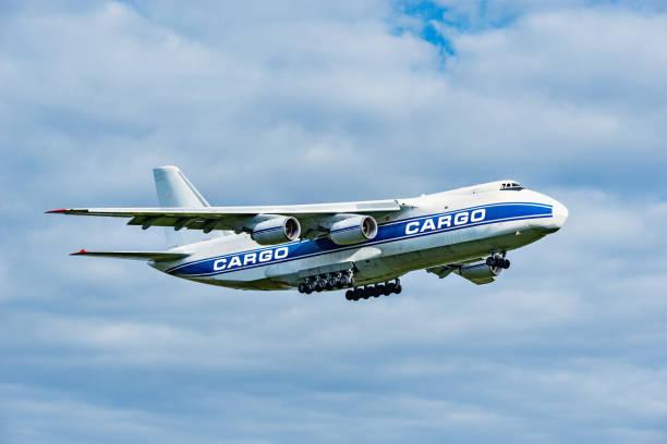 Vuelo el avión de carga grande. - foto de stock